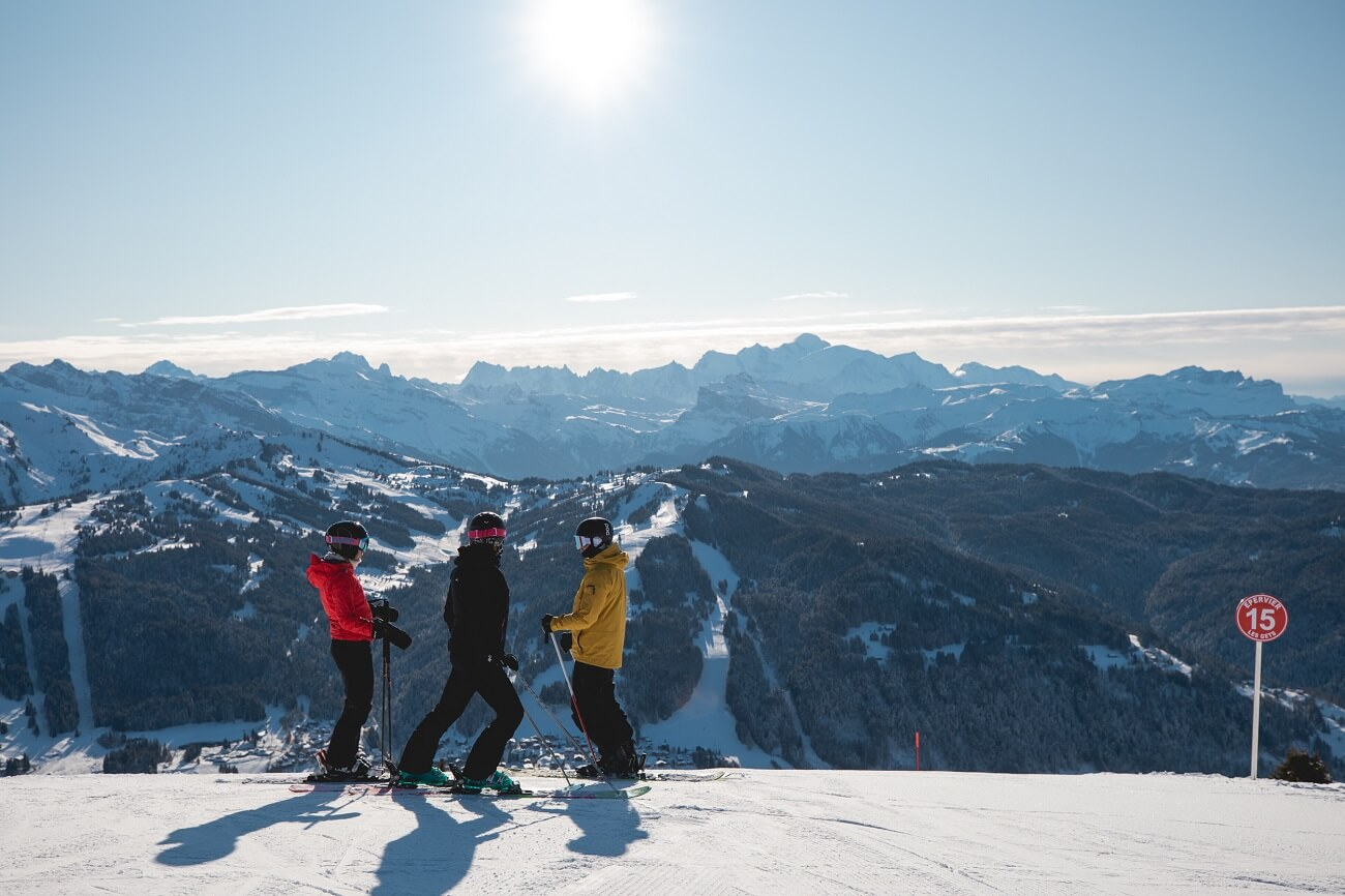 Skieurs sur le domaine Les Gets-Morzine versant Mont-Chér avec vue sur le Mont Blanc