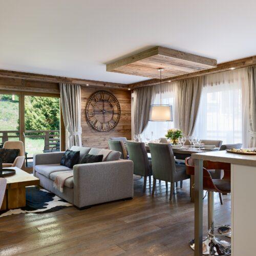 Appartement intérieur avec canapé, table et horloge