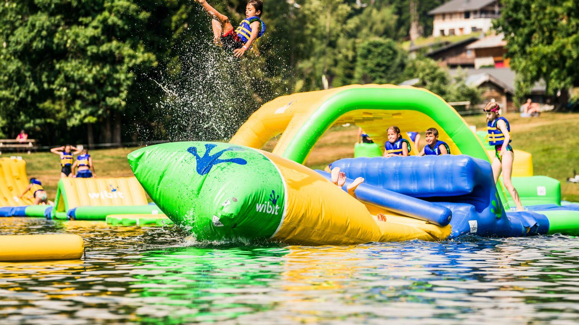 Parc aquatique gonflabl Wibit sur le lac des écoles aux Gets