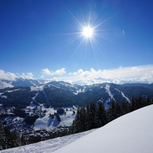 Paysage de montagne en hiver avec soleil et ciel bleu