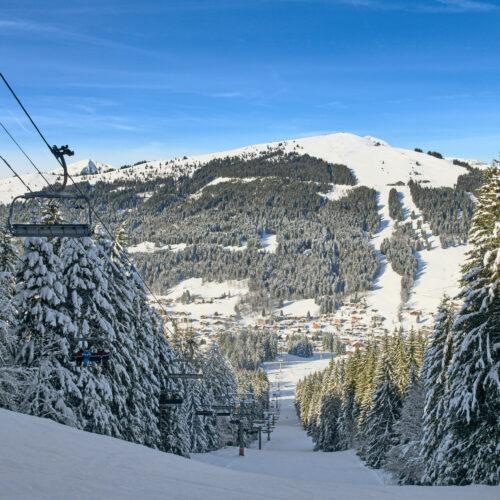 Paysage montagne en hiver avec télésiège