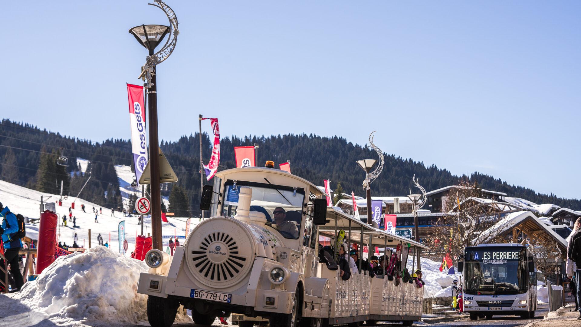 Petit train et bus gratuit dans le village des Gets en hiver
