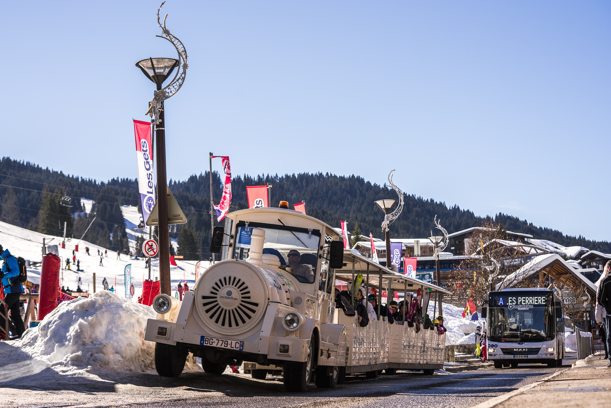 Free little train and bus in the village of Les Gets in winter