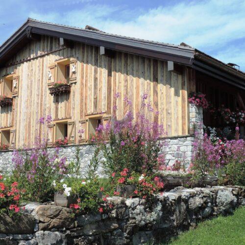 Chalet fleuri avec façade en bois et pierre