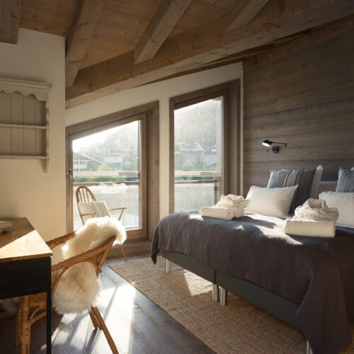 Chambre avec lit double, bureau et fenêtre