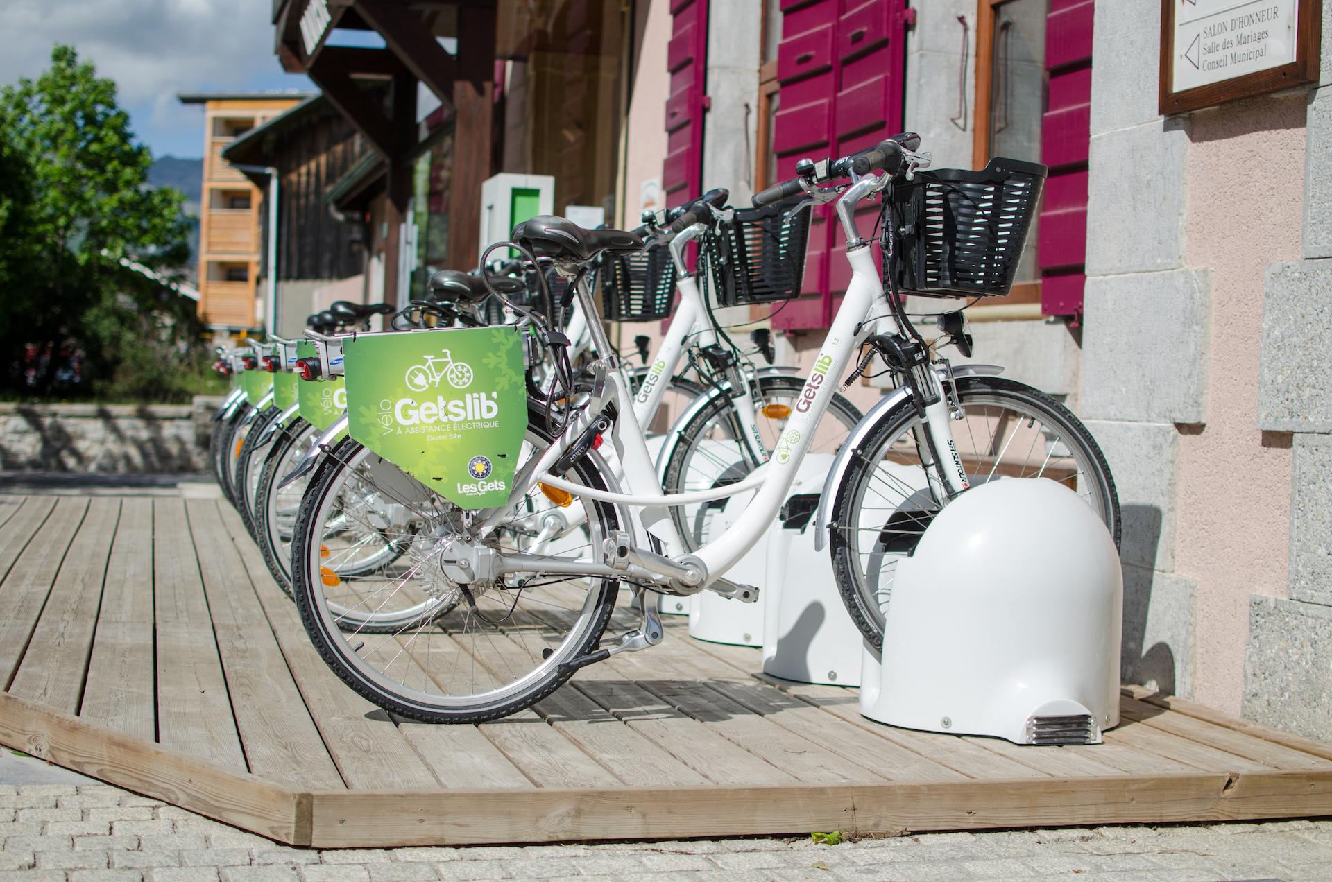 Vélos électriques Gets'Lib à l'entrée de la Maison des Gets