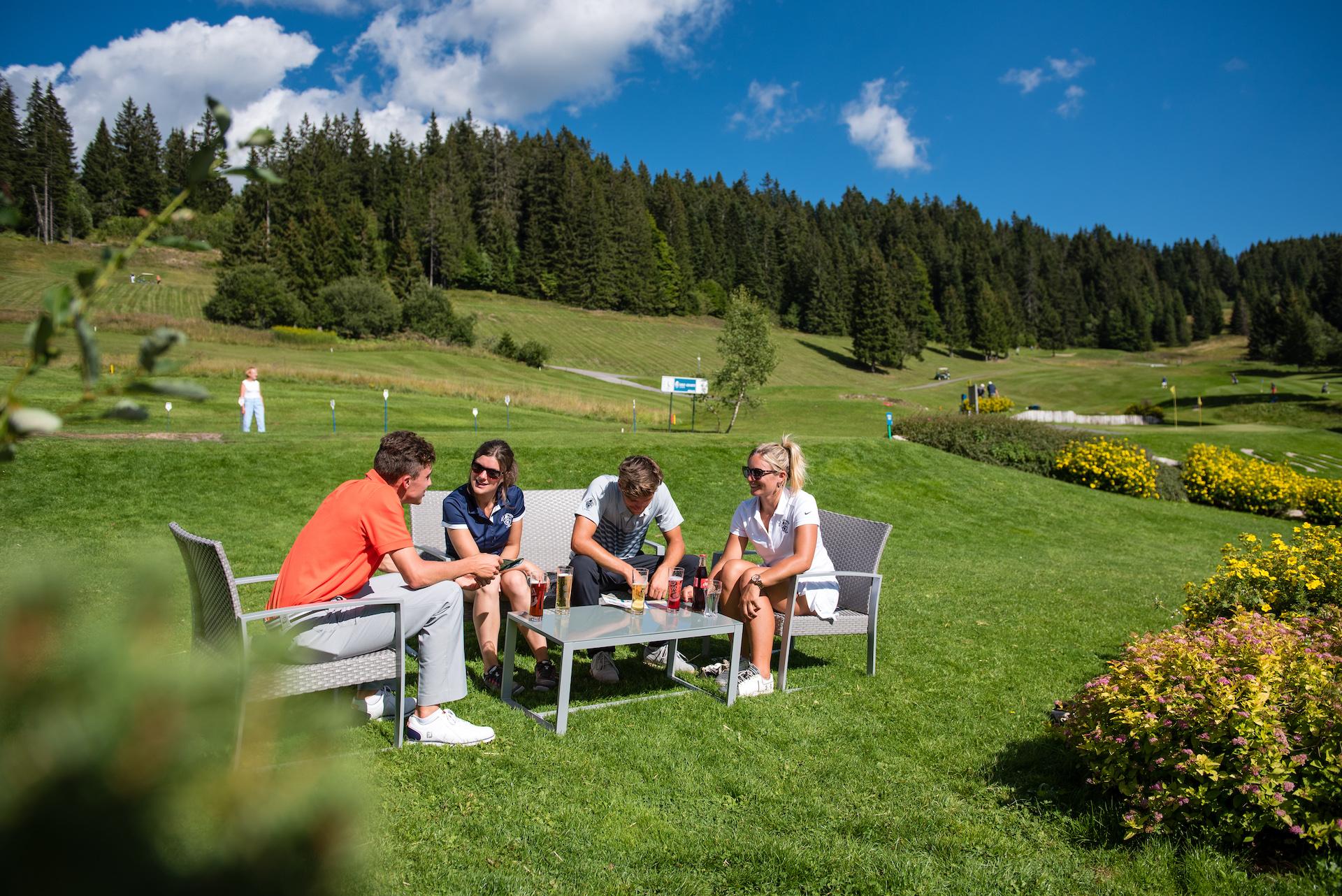 Groupe d'amis faisant une pause lors d'une partie de golf