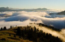 Paysage montagne en automne avec nuages
