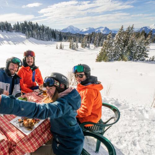 Amis faisant un pique-nique en hiver et se prenant en photo