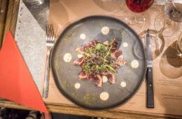 Assiette de magret de canard avec salade au dessus