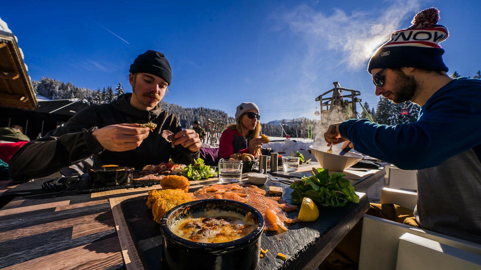 Amis prenant un repas au restaurant en terrasse en hiver
