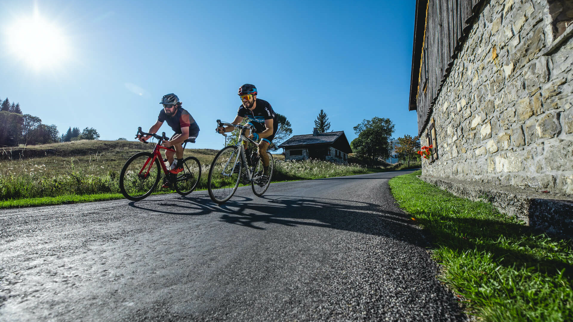Cyclistes en été sur une route de montagne