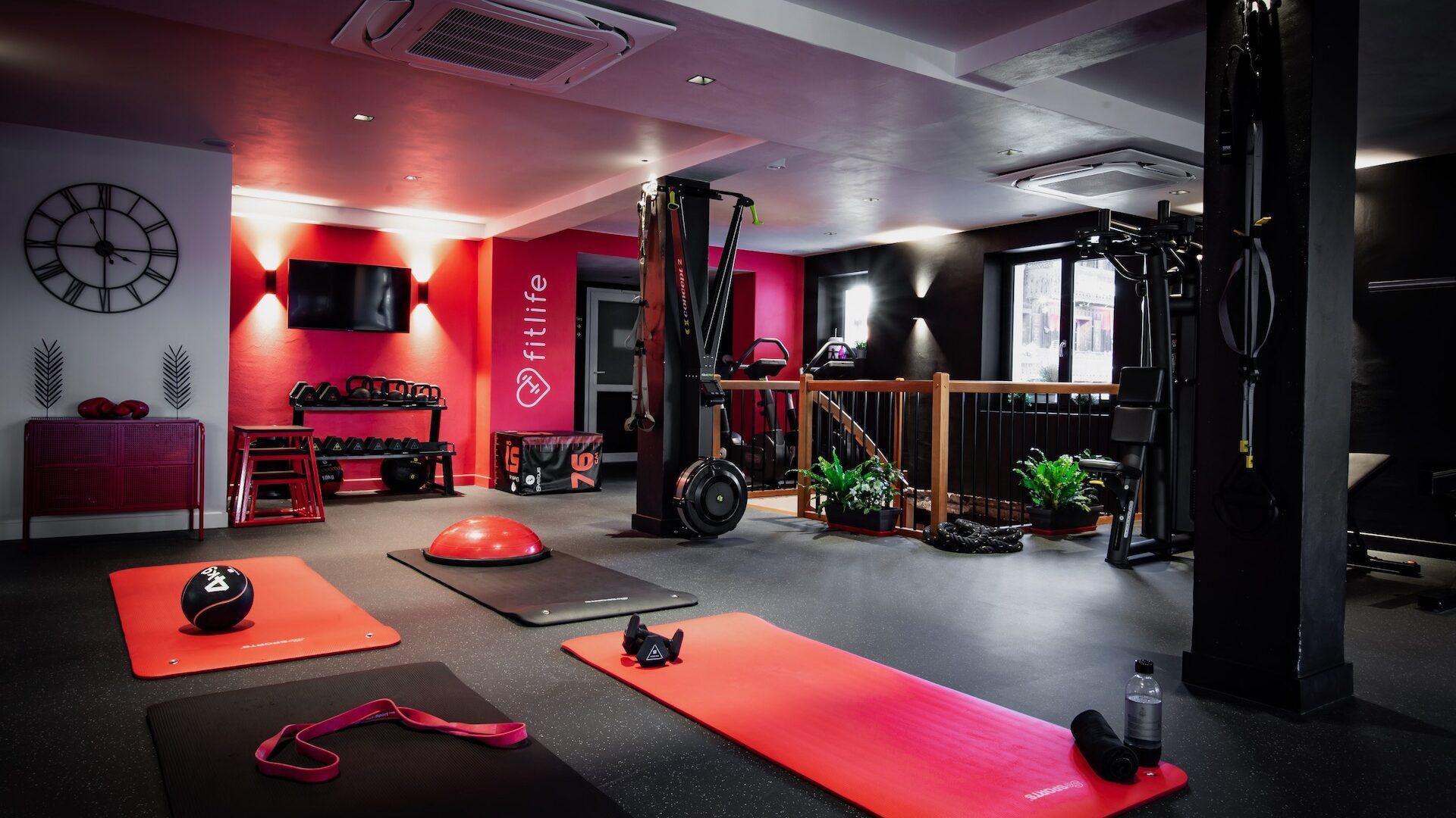 Salle de fitness et de musculation avec tapis et appareils