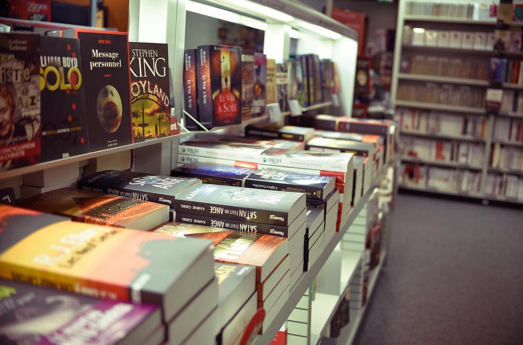 Vue de l'intérieur d'une librairie.