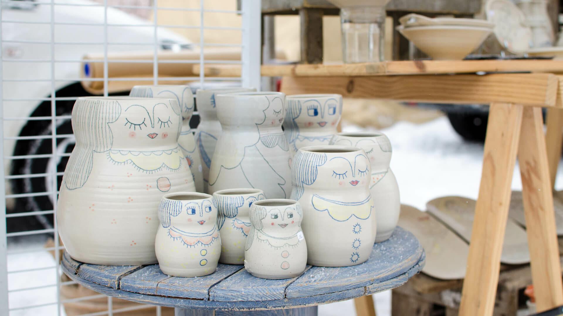 Etal de marché avec poteries