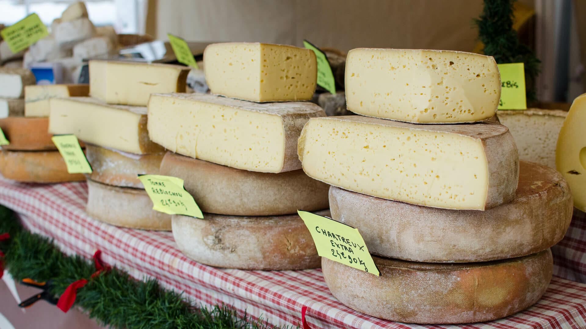 Etal de marché avec des fromages savoyard en vente