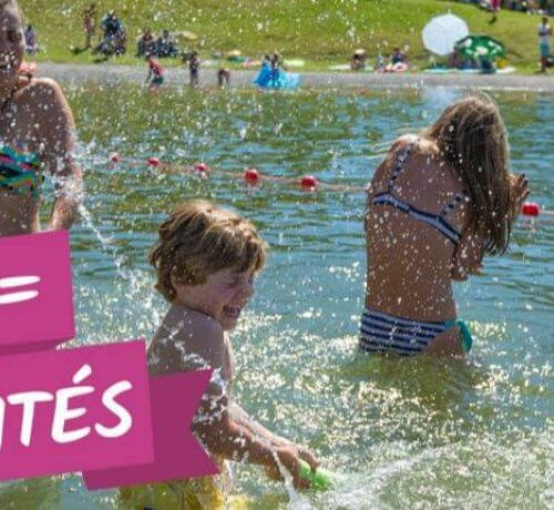 Affiche 2020 MultiPass avec enfant jouant dans l'eau d'un lac de montagne