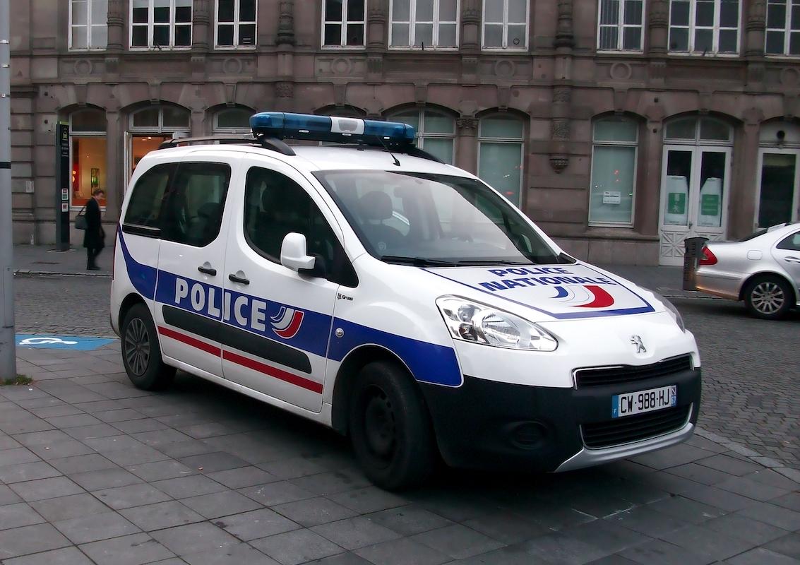 Voiture de police garée dans la rue