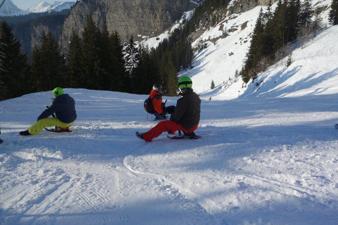 Trois personnes faisant du yooner en hiver