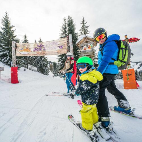 Famille en train de skier sur une piste adaptée aux enfants