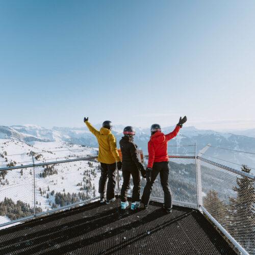 Amis regardant la vue sur une plateforme en hauteur avec panorama mont blanc